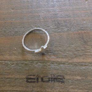Fedina martellata con croce della linea Hand Made in vendita sullo store Etoile Gioielli