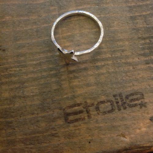 Fedina martellata con stella della linea Hand Made in vendita sullo store Etoile Gioielli