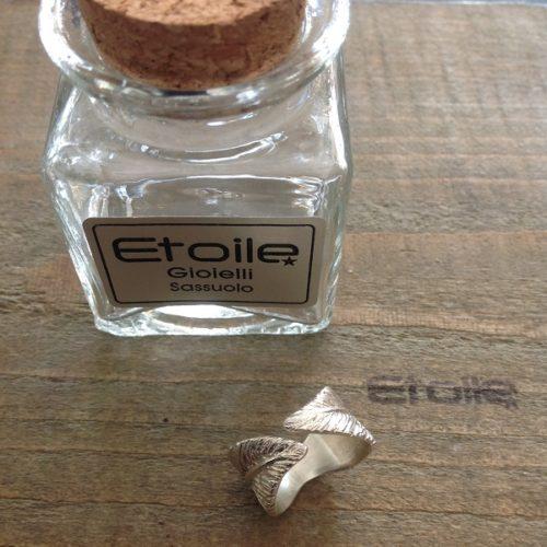 Anello Piuma della linea Hand Made by Etoile Gioielli in vendita sul nostro store online