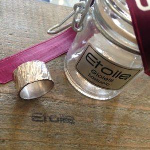Anello fascia alta della linea Hand Made in vendita sullo store Etoile Gioielli